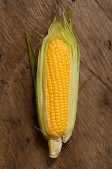 Bovenaanzicht maïs met houten achtergrond