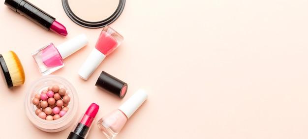 Bovenaanzicht make-up accessoires met kopie ruimte