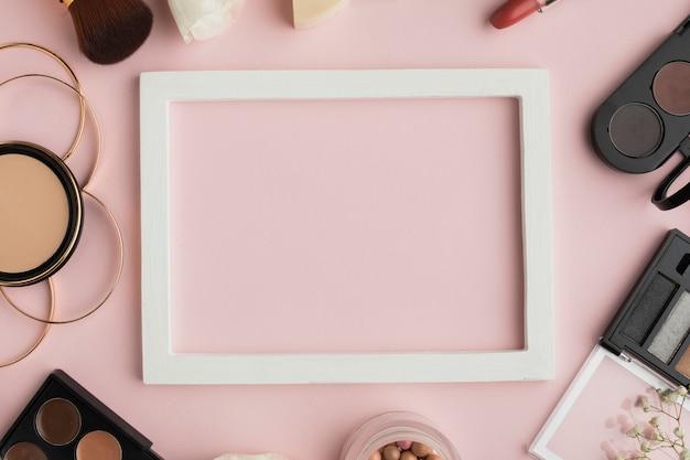 Bovenaanzicht make-up arrangement met wit frame