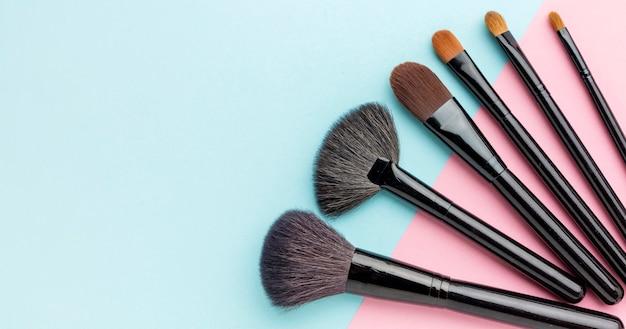 Bovenaanzicht make-up borstels met kopie ruimte