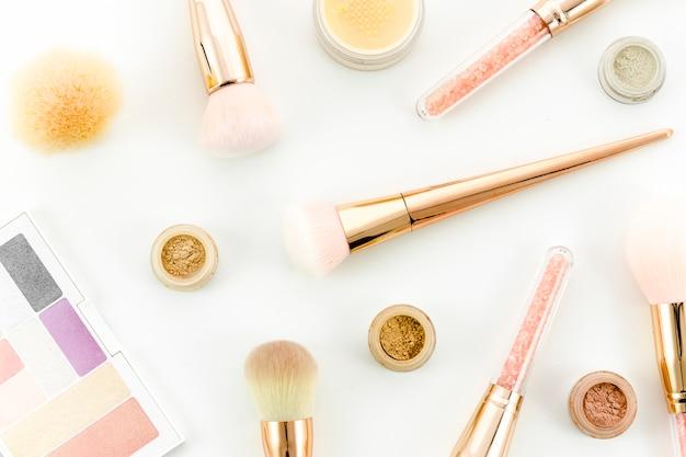 Bovenaanzicht make-up borstels met make-up
