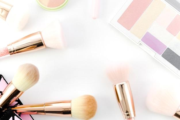 Bovenaanzicht make-up borstels met oogschaduw