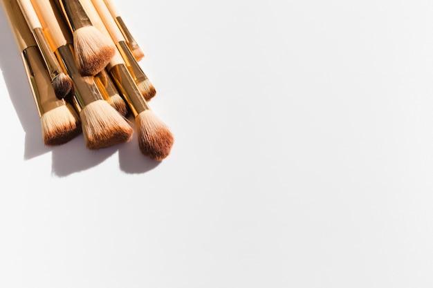 Bovenaanzicht make-up borstels op witte achtergrond