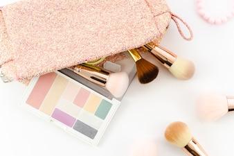 Bovenaanzicht make-up komt uit de toilettas