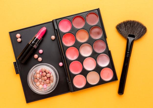 Bovenaanzicht make-up kwast met lippenstift