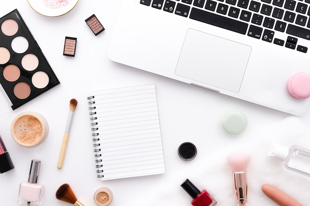 Bovenaanzicht make-up met notebook en laptop