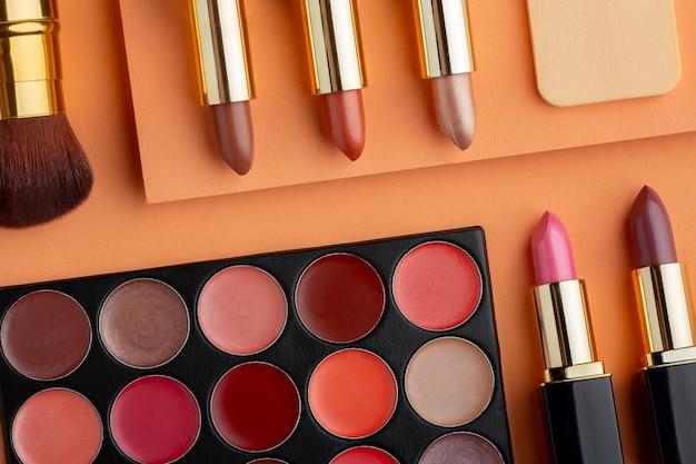 Bovenaanzicht make-up producten arrangement: