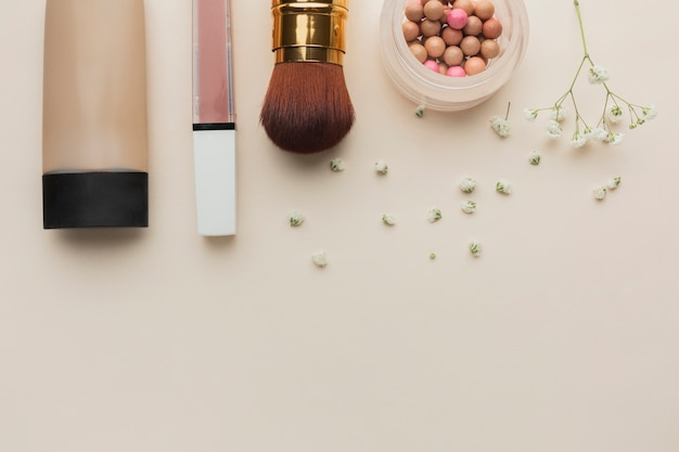 Bovenaanzicht make-up producten uitgelijnd op tafel