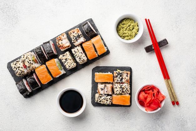Bovenaanzicht maki sushi rolt assortiment met stokjes