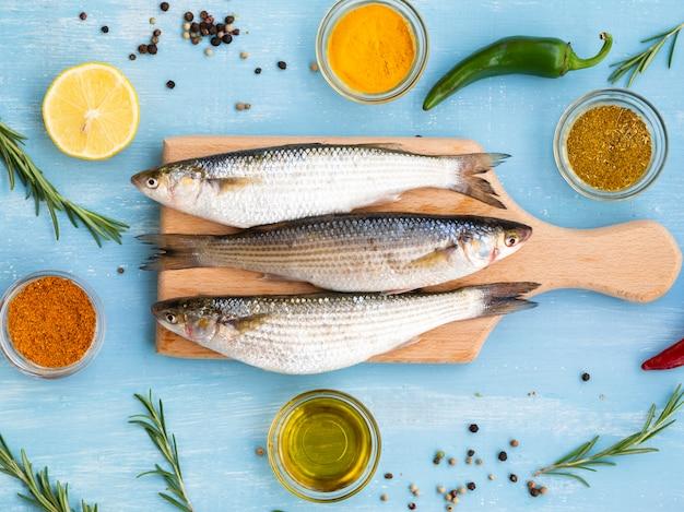 Bovenaanzicht makrelen op een houten bord