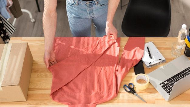 Bovenaanzicht man met shirt
