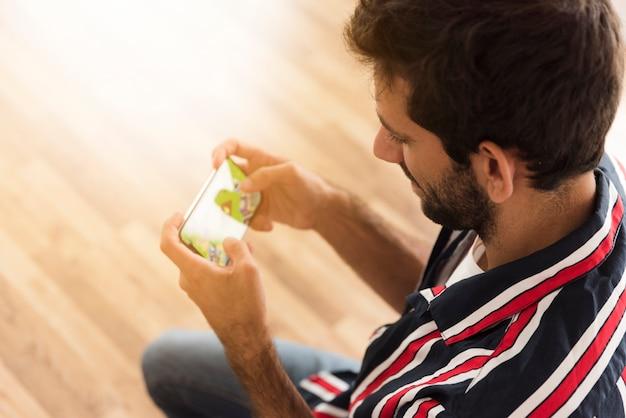 Bovenaanzicht man spelen van mobiele games