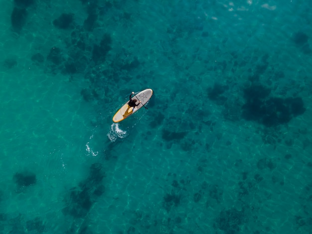 Bovenaanzicht man surfen met prachtig uitzicht