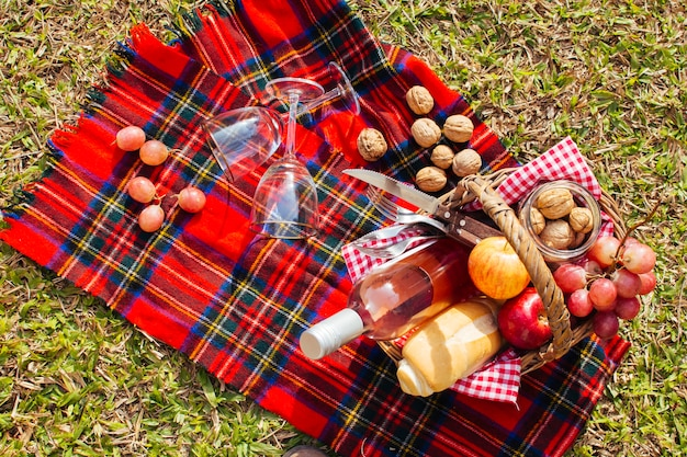 Bovenaanzicht mand vol goodies klaar voor picknick