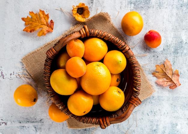 Bovenaanzicht mandje van rijpe sinaasappelen
