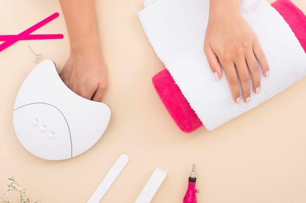 Bovenaanzicht manicure proces op beige achtergrond