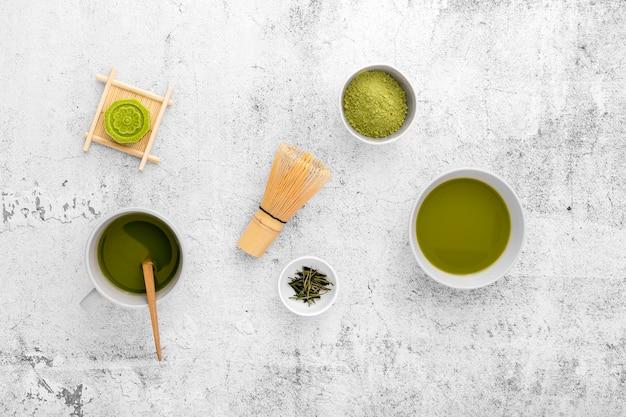 Bovenaanzicht matcha thee concept op de tafel