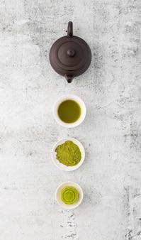 Bovenaanzicht matcha thee poeder op de tafel