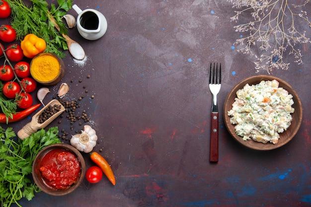 Bovenaanzicht mayyonaise salade met greens en groenten op donker bureau