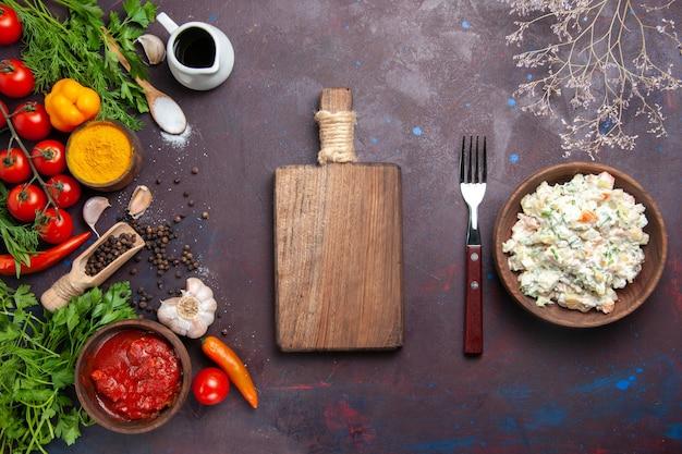 Bovenaanzicht mayyonaise salade met greens en verse groenten op donkere ruimte