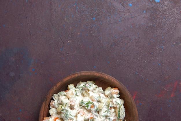 Bovenaanzicht mayyonaise salade met kip in plaat op donkere ruimte