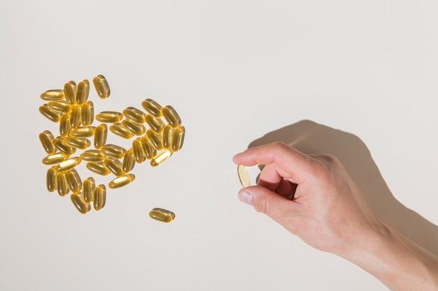 Bovenaanzicht medische capsules op tafel