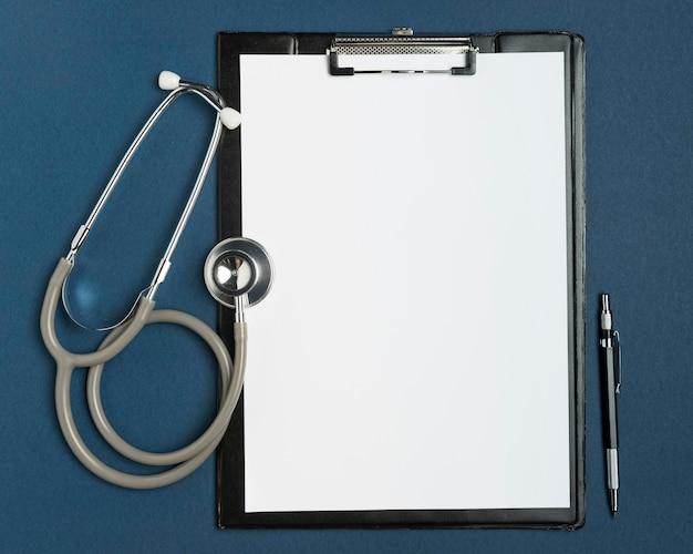 Bovenaanzicht medische klembord op tafel