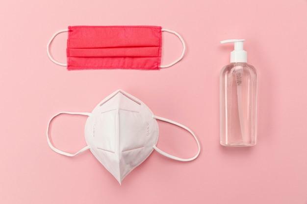 Bovenaanzicht medische maskers met desinfecterende fles
