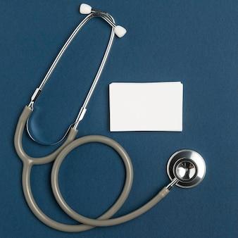 Bovenaanzicht medische stethoscoop met envelop