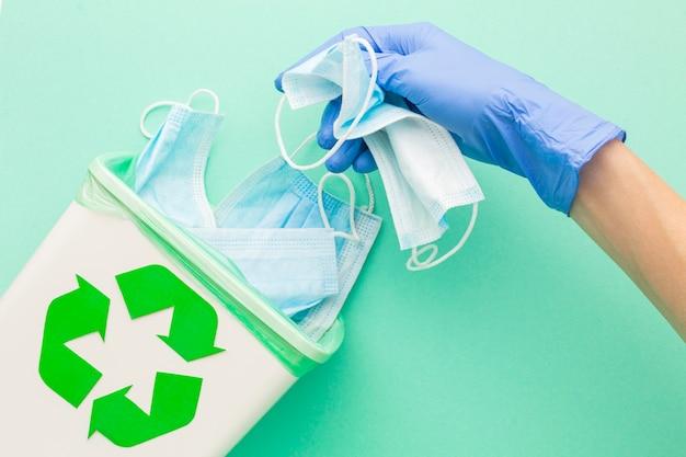 Bovenaanzicht medische wegwerpmaskers en hand met handschoenen