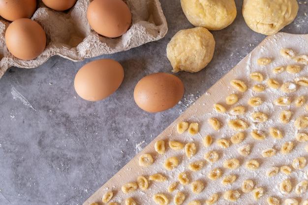 Bovenaanzicht meerdere verse pasta op snijplank
