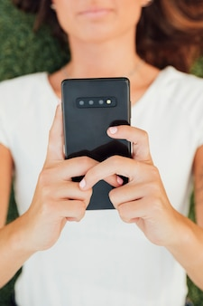 Bovenaanzicht meisje met moderne telefoon