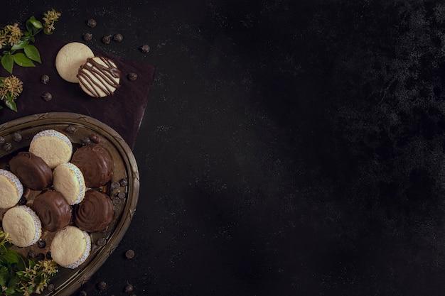Bovenaanzicht melk en witte chocolade kopie ruimte