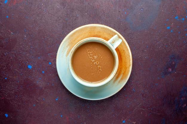 Bovenaanzicht melkkoffie op de donkere aubergine gekleurde achtergrondkleur melkdrank