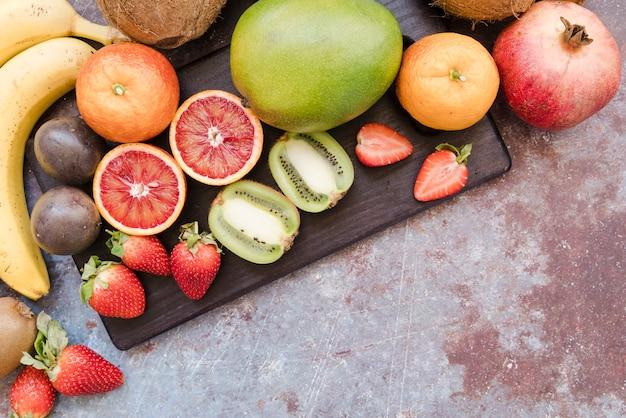 Bovenaanzicht mengsel van exotisch fruit klaar om te worden geserveerd