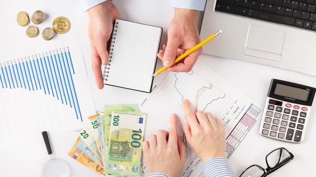 Bovenaanzicht mensen bespreken financiële manieren