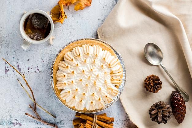 Bovenaanzicht meringue taart met herfst decoratie