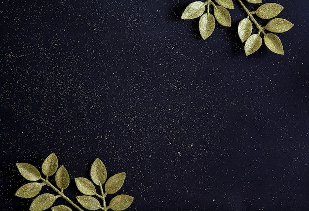 Bovenaanzicht merry christmas zwarte achtergrond versierd met glitter takken met kopie ruimte. winter nieuwjaar vakantie kaart decoratie feestelijk vrolijk concept, plat leggen.