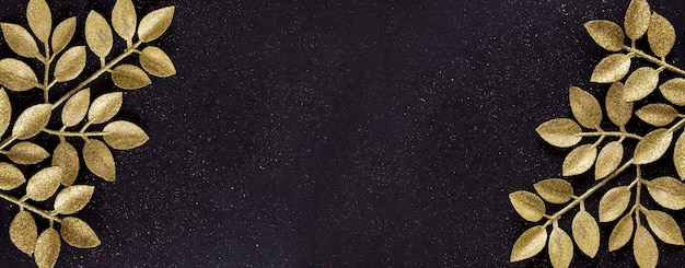 Bovenaanzicht merry christmas zwarte achtergrond versierd met glitter takken met kopie ruimte