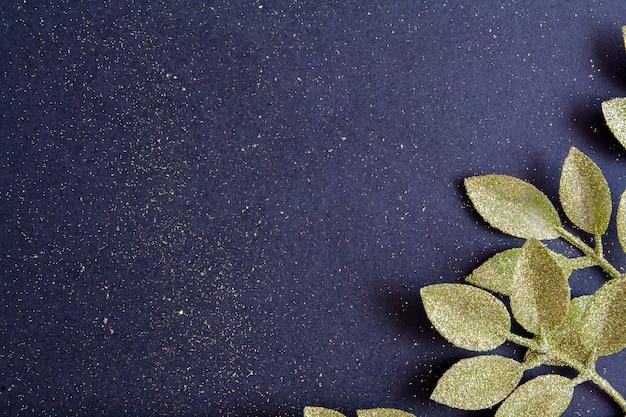 Bovenaanzicht merry christmas zwarte achtergrond versierd met gouden glitter takken en kopie ruimte