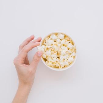 Bovenaanzicht met de hand plukken van gezouten popcorn