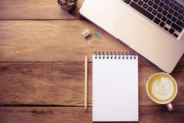 Bovenaanzicht met kopie ruimte, bureau met laptop, mobiel, notebookpotlood
