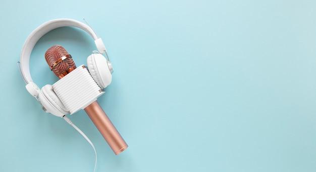 Bovenaanzicht microfoon met koptelefoon