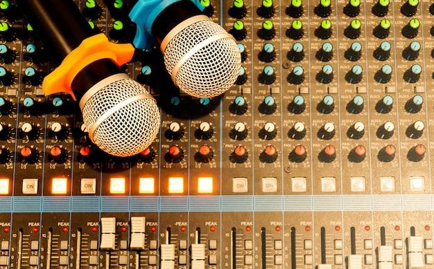Bovenaanzicht microfoon op console soundboard mixer