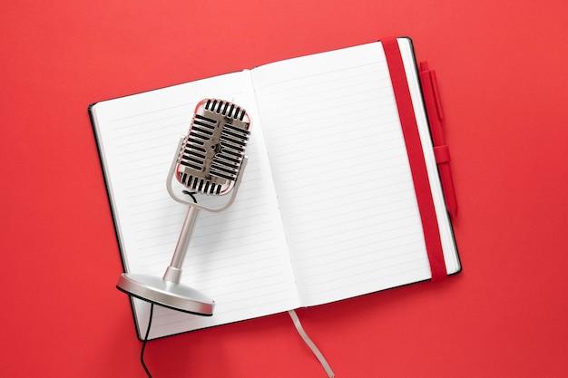 Bovenaanzicht microfoon op notebook