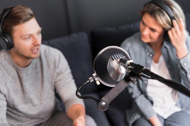 Bovenaanzicht microfoon voor interview