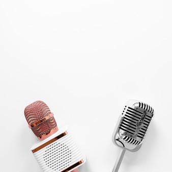 Bovenaanzicht microfoons met kopie-ruimte