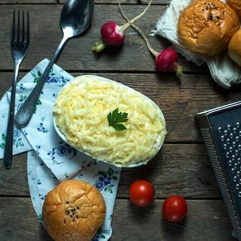 Bovenaanzicht mimosa salade met broodtomaatjes en radijs
