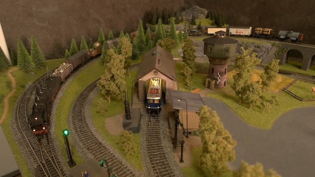 Bovenaanzicht miniatuur speelgoed lokomotief.