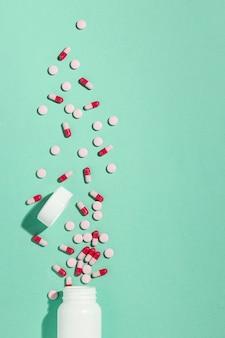 Bovenaanzicht minimaal assortiment medicinale pillen